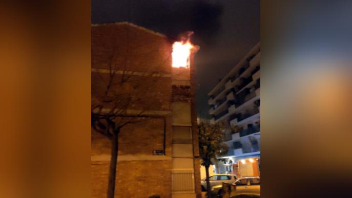 Un incendi obliga a desallotjar 8 pisos d'un bloc de Mollerussa