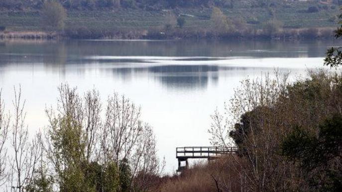 Pla curt on es pot veure una passarel·la de l'estany d'Ivars i Vila-sana, sense visitants, pel tancament de l'espai natural pel coronavirus,