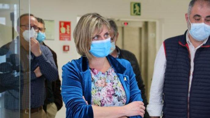 La consellera de Salut, Alba Vergés, de braços plegats durant la visita l'edifici de Paral·lel habilitat per acollir positius de residències