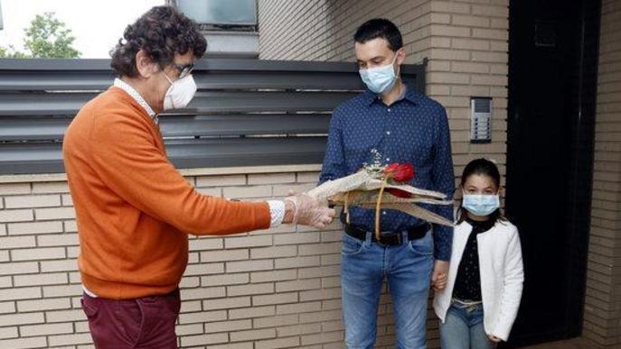 Roses a domicili per no perdre la tradició de Sant Jordi malgrat el coronavirus