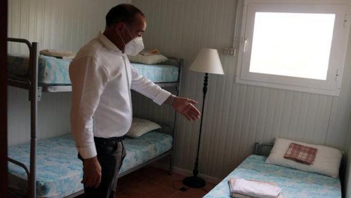 L'alcalde d'Alcarràs, Manel Ezquerra, mostra una habitació preparada a l'alberg municipal per si ha d'acollir temporers que hagin d'estar en confinament