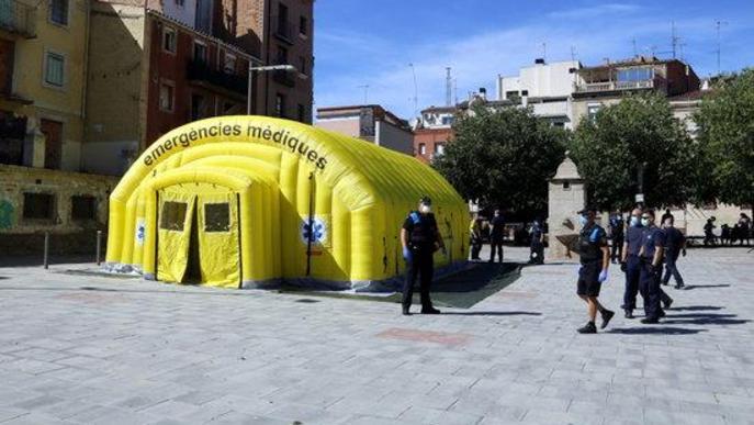 Pla general on es pot veure la carpa medicalitzada del SEM a la plaça del Dipòsit de Lleida per fer testos de covid-19 a temporers que dormen al carrer
