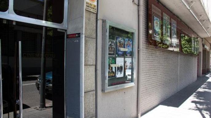 Exterior dels Cinemes Guiu de la Seu d'Urgell on es veu la porta d'accés i la cartellera de pel·lícules
