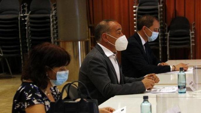 L'alcalde d'Alcarràs, Manel Ezquerra, amb la directora dels serveis territorials d'Interior, Montserrat Messeguer, i del subdelegat del govern espanyol, José Crespín, a la Junta local de seguretat