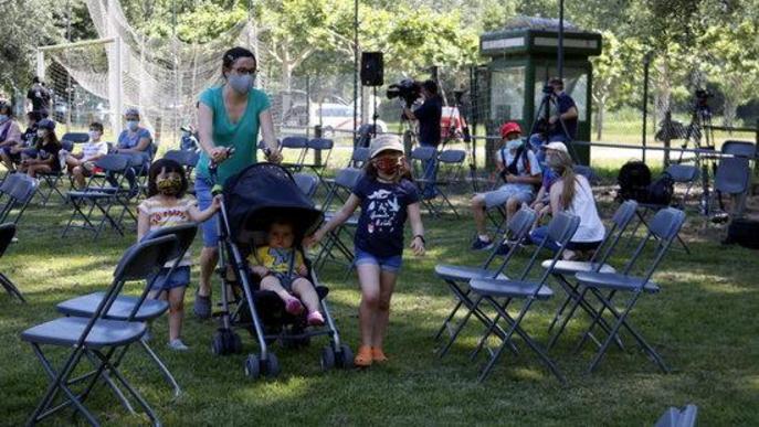 Una família entra al primer espectacle a l'aire lliure amb públic presencial a Catalunya des del confinament, al Camp de Futbol de Corbins