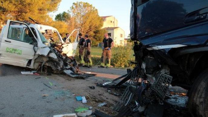 Accident xoc frontal entre una furgoneta i un camió a l'L-702, a Puigverd de Lleida