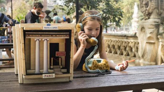 Una nena juga en la instal·lació participativa de Minimons