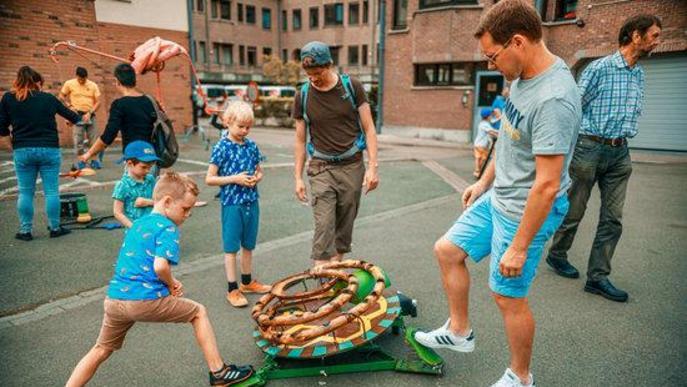 Adults i petits juguen en la instal·lació participativa de Katakrak