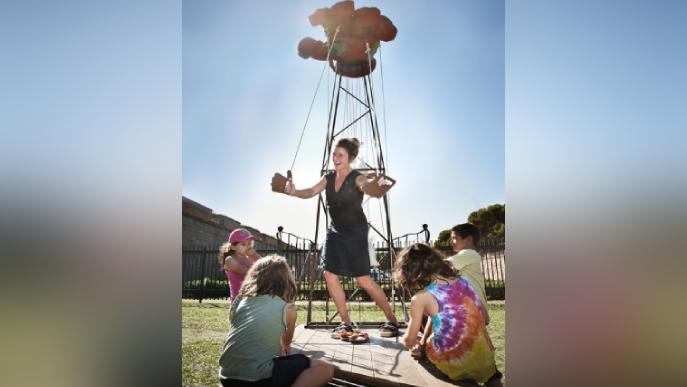 Adults i petits juguen en la instal·lació participativa d'Itinerània