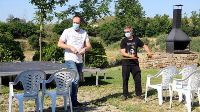 Alcalde Castellserà, Marcel Pujol, i l'actor Jordi Pedrós, amb mascareta fixant les distàncies de seguretat entre les cadires del públic del festival Desescal-ART