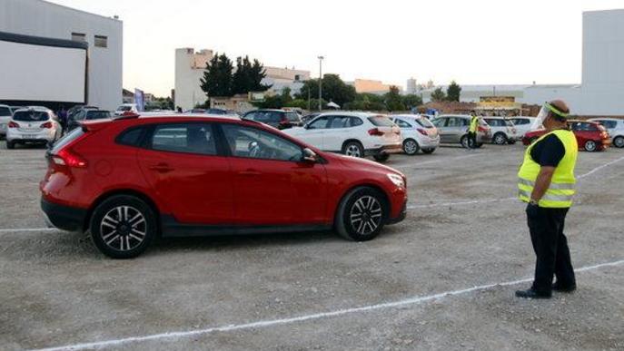 Pla general d'un vehicle entrant a l'aparcament on s'ha celebrat la primera sessió d'auto cinema de Golmés