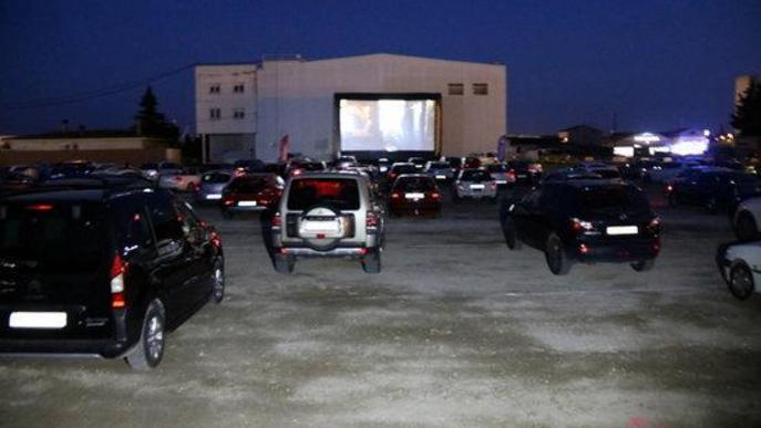 Pla general de l'aparcament on s'ha celebrat la primera sessió d'auto cine a Golmés