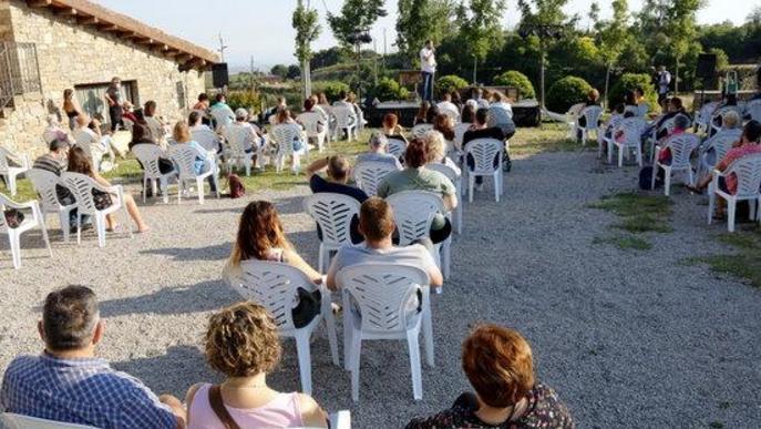 Pla general del públic del festival Desescal-ART de Castellserà distribuit per unitats familiars