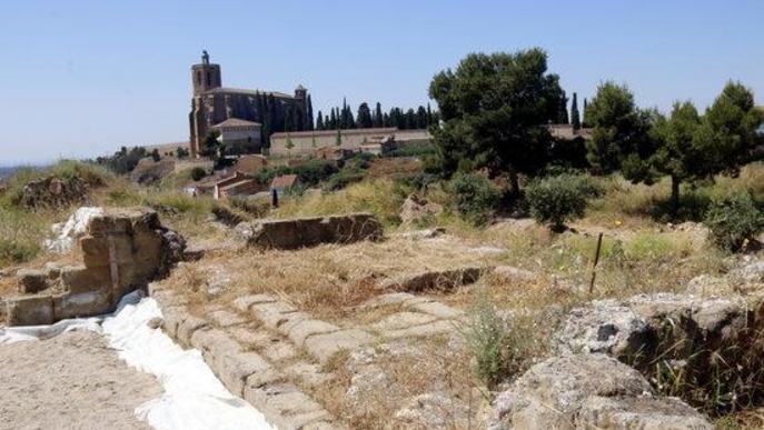 Pla obert de part del Castell Formós i, al fons, l'església de Santa Maria de Balaguer