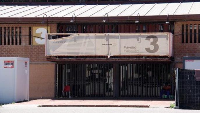 Pla de detall de l'entrada del pavelló 3 de Fira de Lleida, convertit temporalment en allotjament per temporers