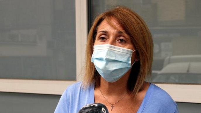 Pla tancat de l'alcaldessa d'Aitona, Rosa Pujol, mentre atén els mitjans de comunicació