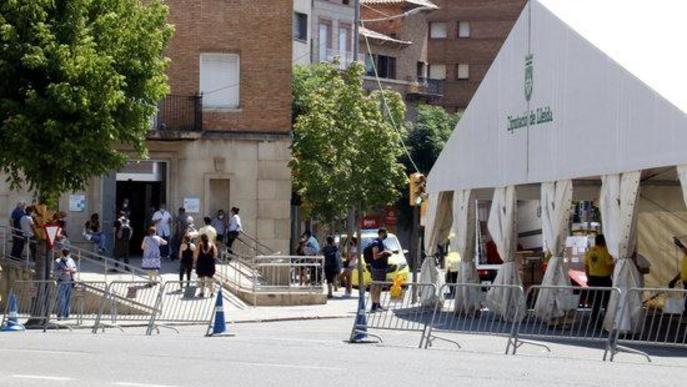 La carpa instal·lada al costat del CUAP Prat de la Riba de Lleida i pacients fent cua a l'exterior del CUAP