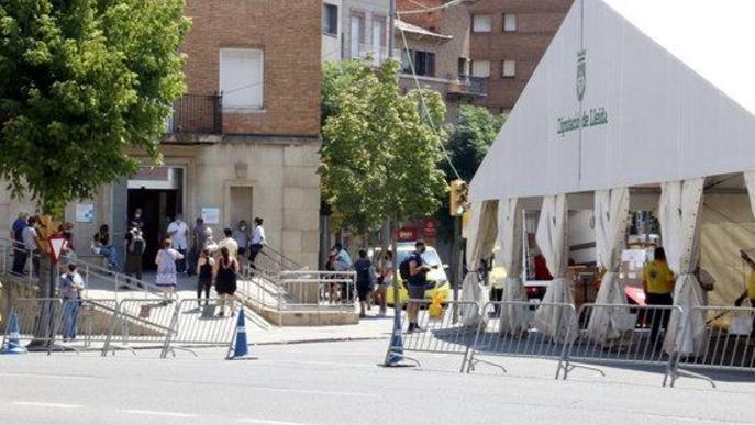 Cues al CAP Prat de la Riba de Lleida, on s'ha instal·lat una carpa per tractar casos covid