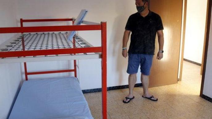 Pla obert de l'alcalde de Castellnou de Seana, Jordi Llanes, a una de les habitacions de l'habitatge que l'ajuntament ha habilitat per aïllar de manera temporal temporers amb símptomes de covid-19