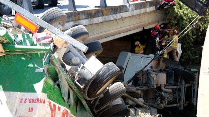 ⏯️ Rescaten un camioner després de caure al canal a l'A-2 a Alcoletge