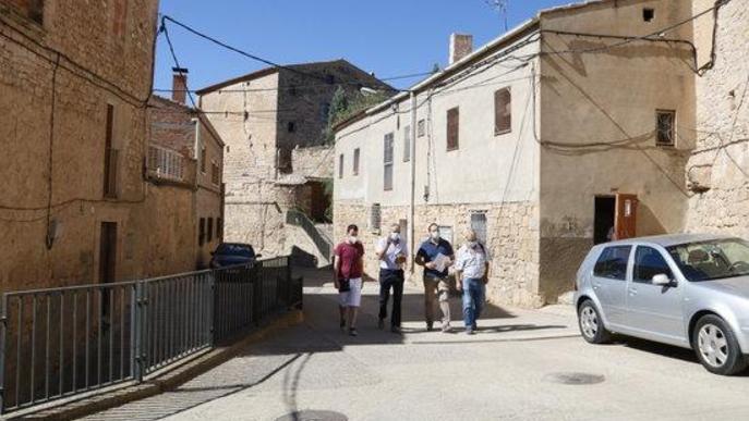 Els alcaldes de Torrebesses, Almatret i Riner, passegen per Torrebesses amb un tècnic de l'Ajuntament