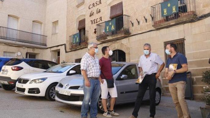 Els alcaldes de Torrebesses, Almatret i Riner, davant l'Ajuntament de Torrebesses amb un tècnic municipal