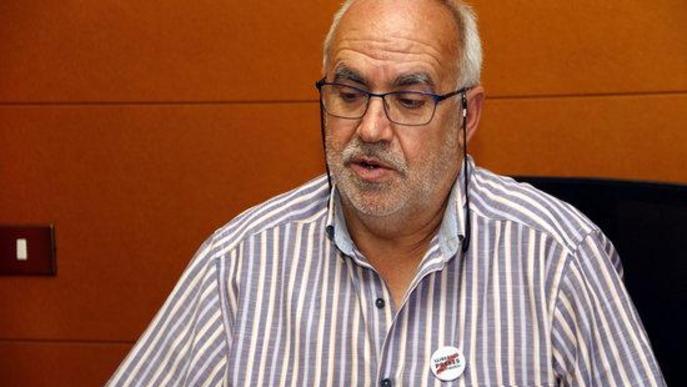 Pla tancat on es pot veure l'alcalde de Cervera, Joan Santacana, al seu despatx