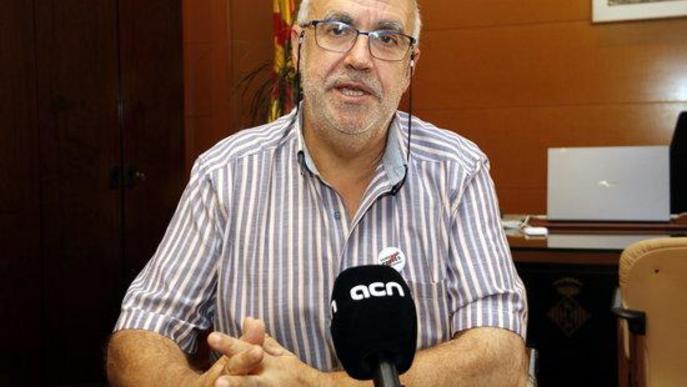 Pla mitjà on es pot veure l'alcalde de Cervera, Joan Santacana, entrevistat per l'ACN al seu despatx
