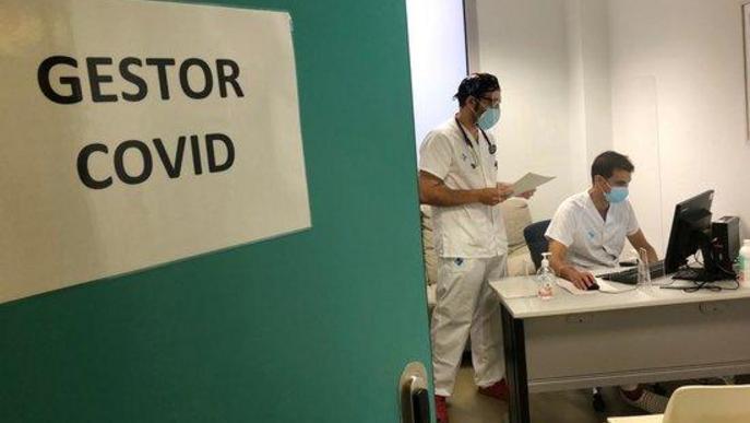 Pla mitjà on es pot veure la zona de treball dels gestors COVID a l'Hospital Arnau de Vilanova