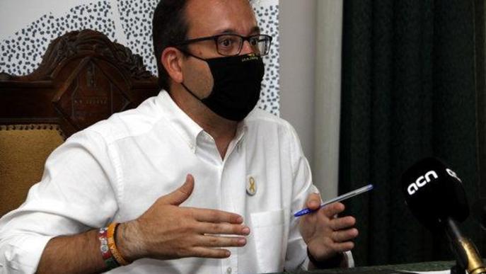 Pla mitjà on es pot veure l'alcalde de Mollerussa, Marc Solsona, en roda de premsa i amb mascareta per la covid-19