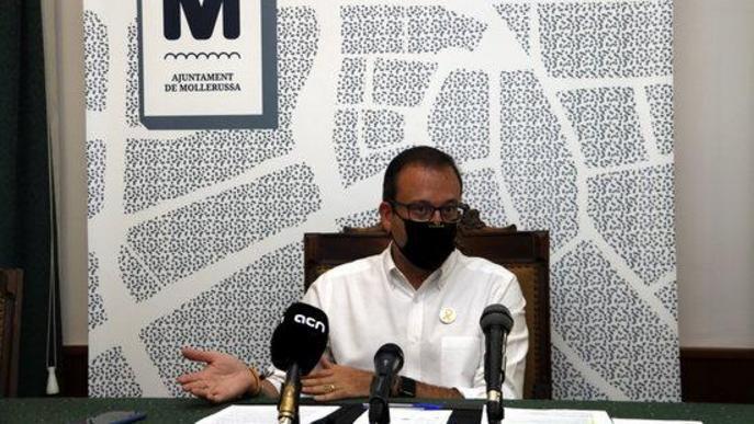 Pla general on es pot veure l'alcalde de Mollerussa, Marc Solsona, en roda de premsa i amb mascareta per la covid-19
