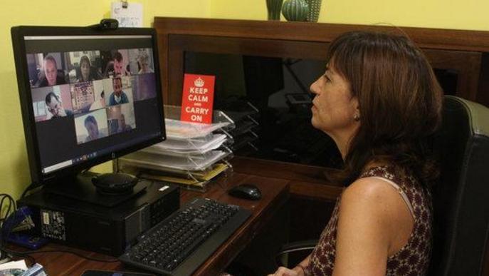 Pla mitjà on es pot veure l'alcaldessa de Tàrrega, Alba Pijuan, treballant amb el seu ordinador