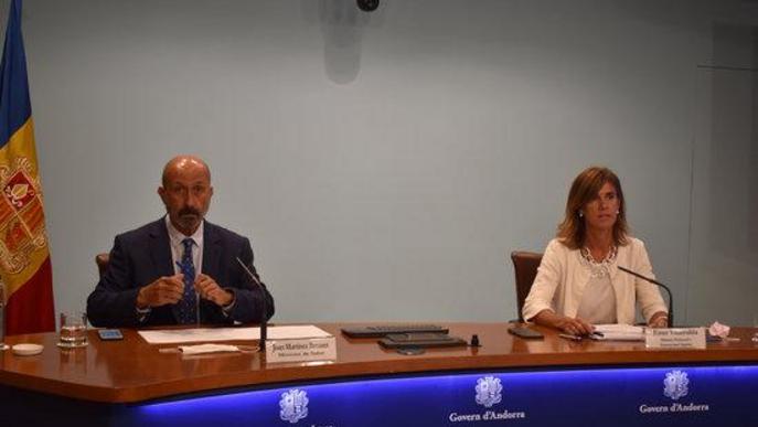 Pla obert dels ministres andorrans de Salut, Joan Martínez Benazet i d'Educació i Ensenyament Superior, Ester Vilarrubla, explicant el cribratge per a la comunitat educativa abans de tornar a l'escola