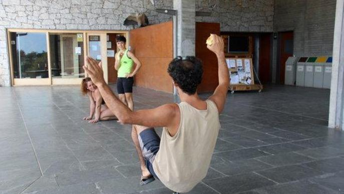 Pla obert on es veuen tres integrants del circ contemporani de Nilak, assajant per a l'espectacle que s'estrenarà al Dansàneu