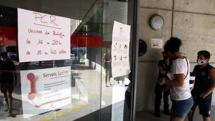Pla mitjà on es pot veure l'accés al centre cívic per fer-se la prova PCR al cribratge massiu per trobar asimptomàtics de covid-19 al barri de Balàfia de Lleida
