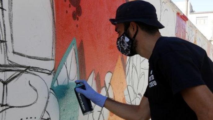 Pla mitjà de l'artista Zach Oreo pintant amb esprais a la 5a edició del Gargar