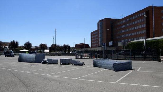 Pla obert on es pot veure material d'obra per a la construcció d'un hospital annex a l'Arnau de Vilanova de Lleida per a casos de covid-19
