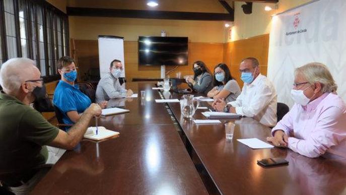 Pla general on es pot veure un moment de la reunió de l'equip de govern de la Paeria amb els grups municipals per parlar de la situació sanitària de Lleida i les festes programades a la tardor