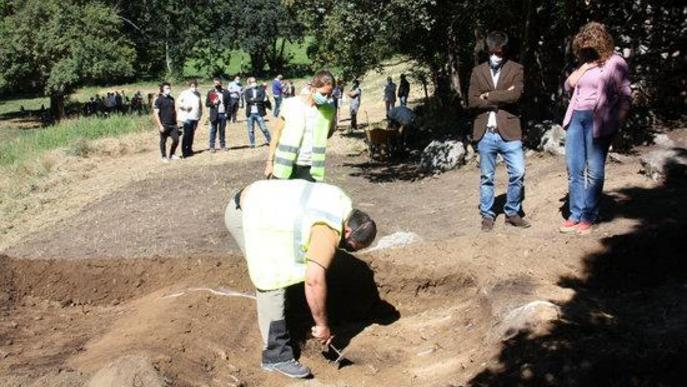 Pla obert de dos arqueòlegs a l'excavació d'una fossa de la Guerra Civil a Sorpe, a l'Alt Àneu (Pallars Sobirà), i de la consellera de Justícia, Ester Capella, i l'alcalde d'Alt Àneu, Xavier Llena, al seu costat