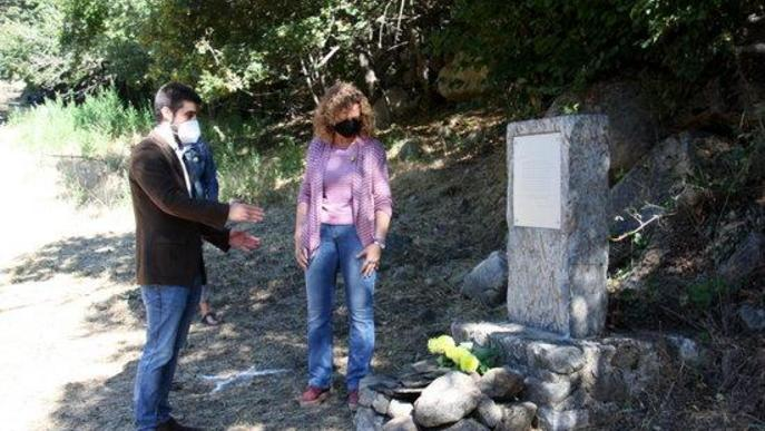 Pla obert de la consellera de Justícia, Ester Capella, i l'alcalde d'Alt Àneu, Xavier Llena, mirant el monòlit d'homenatge a víctimes d'Isavarre que haurien estat enterrades en una fossa que s'està excavant a Sorpe
