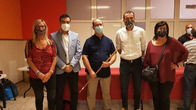 Pla obert on es pot veure el nou alcalde d'Aspa, el socialista Fermí Masot, amb els altres regidors del seu grup i el primer secretari del PSC a Lleida, Òscar Ordeig, després del ple d'investidura