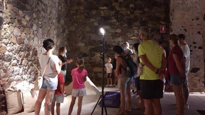 Pla obert on es veu un grup de visitants a l'interior del Museu de Gerri de la Sal
