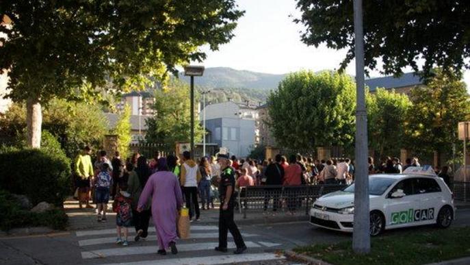 Pla general de l'exterior de l'Escola Pau Claris de la Seu d'Urgell abans de l'entrada dels alumnes el primer dia de classe.