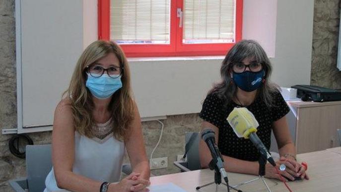Pla mitjà on es poden veure les tinents d'alcalde Sandra Castro i Anna Campos, en la presentació de la borsa de cuidadors d'infants per causa de covid-19 en l'àmbit escolar