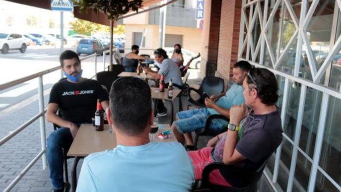 Pla obert de la terrassa d'un bar d'Alcarràs