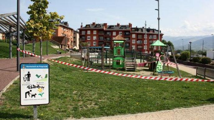 Pla general d'un dels parcs infantils que s'han precintat a Puigcerdà per impedir-hi l'accés i davant l'augment de la incidència de la covid-19 al municipi