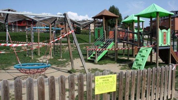 Pla de detall d'un dels cartells instal·lat en un dels parcs infantils que s'han precintat a Puigcerdà per impedir-hi l'accés i davant l'augment de la incidència de la covid-19 al municipi