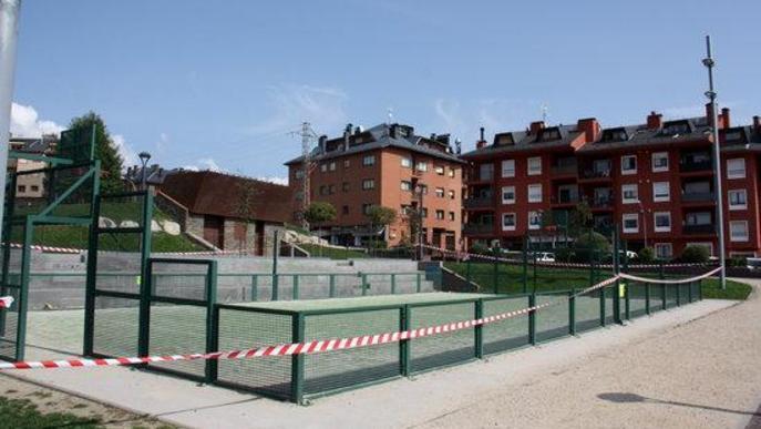 Pla general d'una de les pistes poliesportives a l'aire lliure que s'han precintat a Puigcerdà per impedir-hi l'accés i davant l'augment de la incidència de la covid-19 al municipi