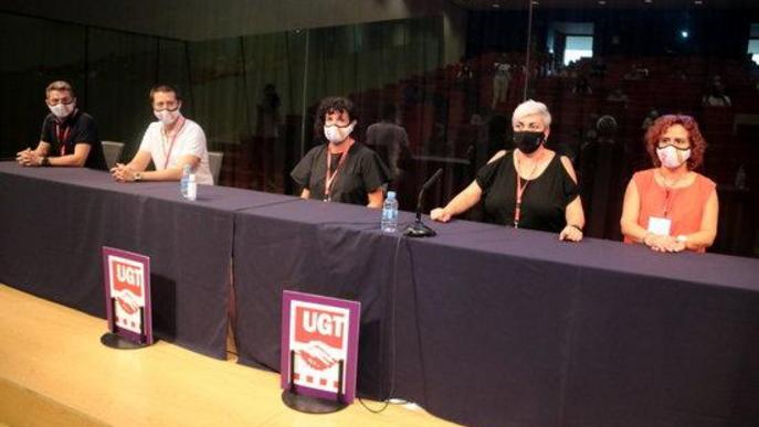 Pla mitjà de la nova executiva de la FESMC de la UGT de les Terres de Lleida, encapçalada per Margarita Pascual