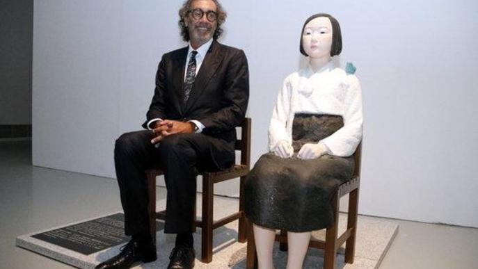 Pla obert on es pot veure al periodista i empresari Tatxo Benet al costat de l'obra 'Statue of a girl of peace', de Kim Eun-sung i Kim Seo-kyung, a la mostra 'Censored'